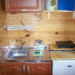 kuchnia razem z lodówką i zlewem