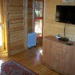 komoda i telewizor obok drzwi do sypialni